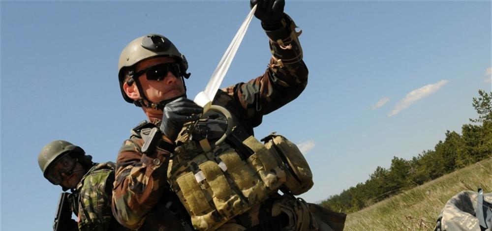 ratownik wojskowy przygotowujący opatrunek, zdjęcie: https://www.eucom.mil/, Master Sgt Donald Sparks, CC-0