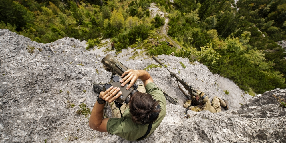 snajper i spotter, A Belgian Special Forces sniper team identifies targets 2000 meters away, across a valley on Sept. 11, 2018 during the International Special Training Centre High-Angle/Urban Course at the Hochfilzen Training Area, Austria. The high-angle portion of the two-week course is designed to teach trained sniper teams the necessary skills operating in mountainous terrain. (U.S. Army photo by 1st Lt. Benjamin Haulenbeek, CC-0