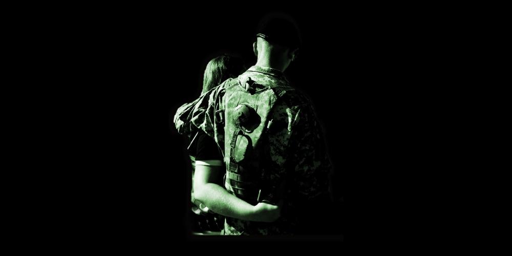 żołnierz z ukochaną, zdjęcie: deborahdanielsmail@pixabay.com CC-0