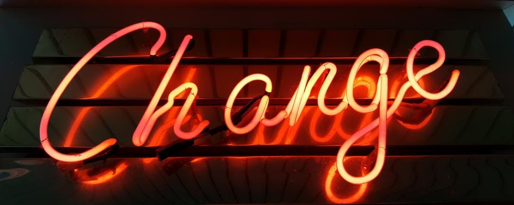 neon zmiana, zdjęcie: ross-findon@unsplash.com, CC-0