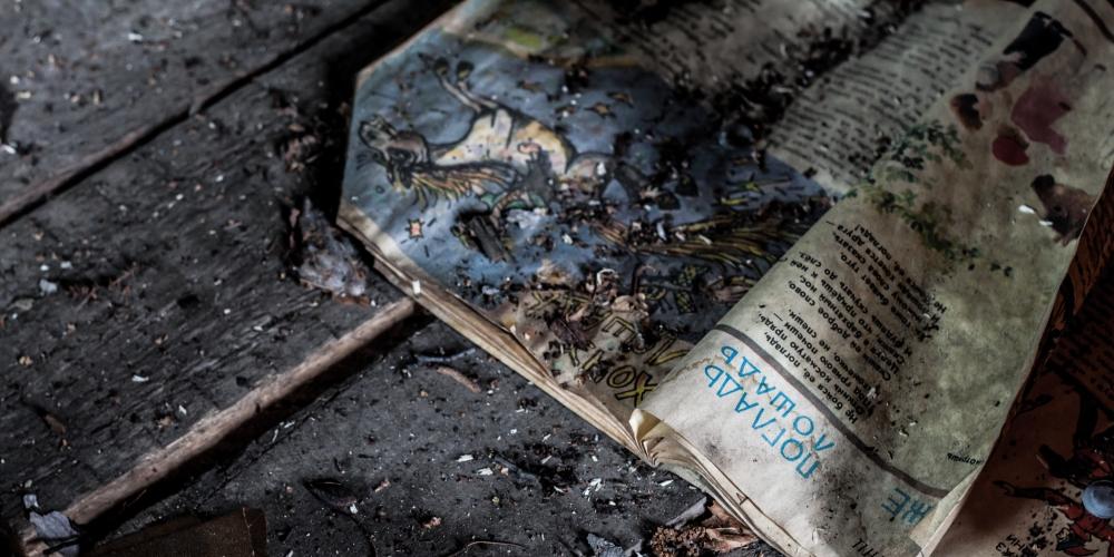 popiół i tekst w książce, zdjęcie nastya-kvokka@unsplash.com, CC-0