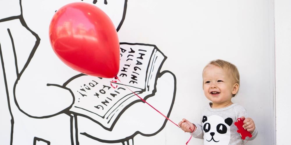dziecko trzymające czerwony balon - bądź dzieckiem, zdjęcie: unsplash.com, CC-0