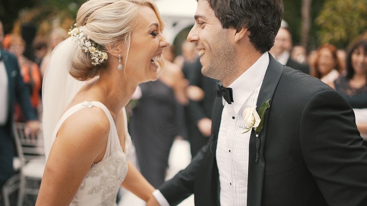 szczęśliwa para młoda na weselu to jak Ty i Bóg, zdjęcie: _artisticfilms@pixabay.com, CC-0