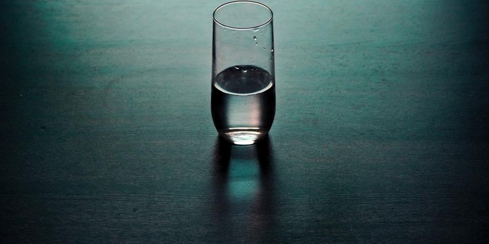 szklanka do połowy pełna lub do połowy pusta