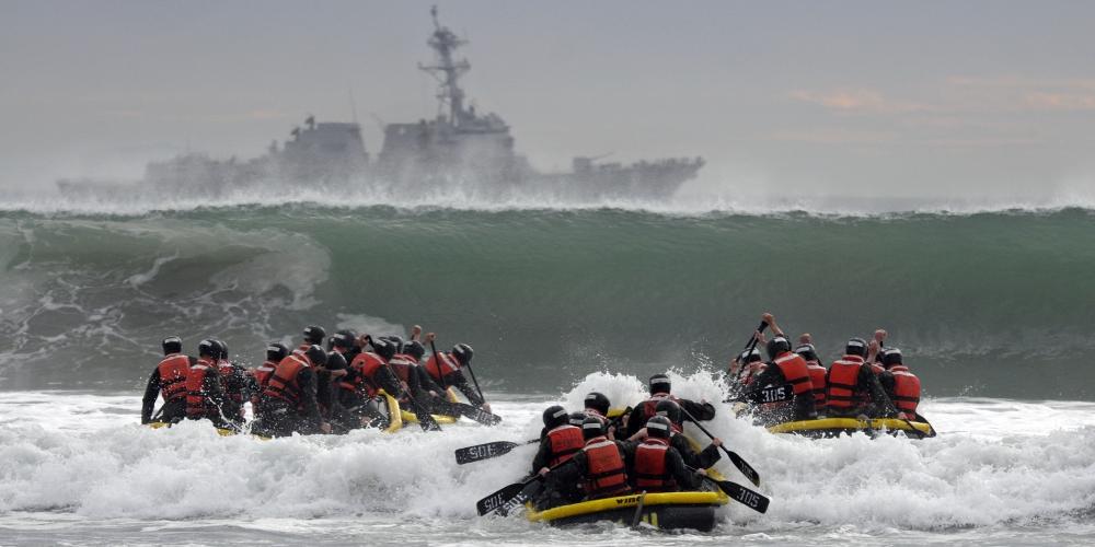 stan flow w praktyce - kandydaci na SEALsów pokonują fale w strefie przyboju, U.S. Navy photo by Mass Communication Specialist 1st Class Michael Russell, CC0