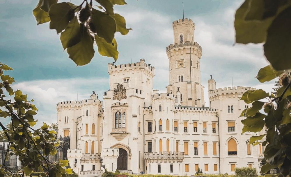 jesteś niedaleko królestwa - widoczny zamek przez liście, zdjęcie: david-svihovec@unsplash.com, CC-0