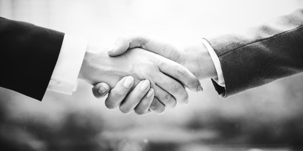 obietnica - uścisk rąk dwóch osób, zdjęcie: rawpixel@unsplash.com, CC-0