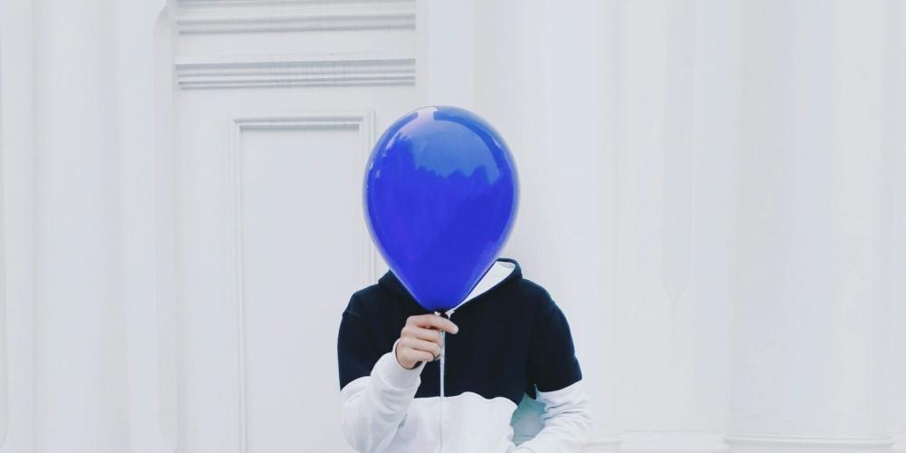 niewiadoma - czlowiek z twarzą zasłoniętą balonem, zdjęcie: chien-nguyen-minh@unsplash.com, CC-0