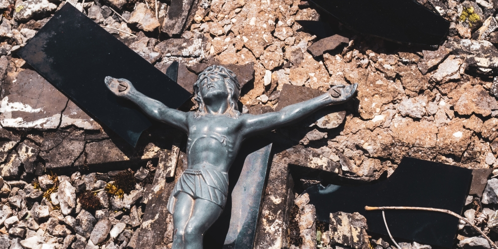 połamany Krzyż w kawałkach, zdjęcie: ddp@unsplash.com, CC-0