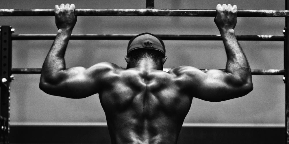 mężczyzna ćwiczący swoją siłę na siłowni